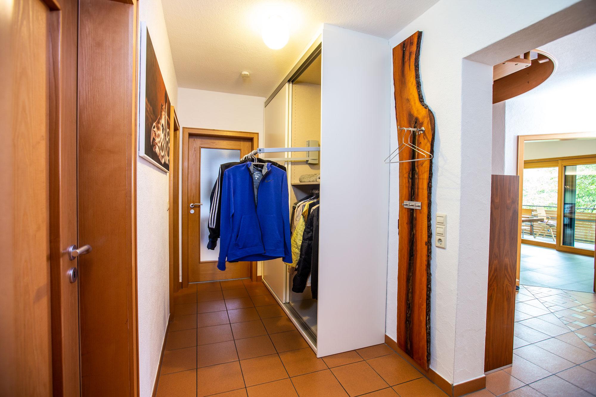 garderobe flur in die nische eingepasst die raummoebelbauer. Black Bedroom Furniture Sets. Home Design Ideas